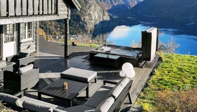 Het huis beschikt over maar liefst 3 terrassen: een open terras van 100m² en twee overdekte terrassen van 20 m² en 15 m² met een buitenhaard, grill en jacuzzi. De tuin zelf is 1300m².<br />