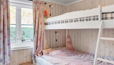 Er zijn 5 slaapkamers waarvan 3 met smal dubbel bed (1m20), 1 met een combinatie stapelbed/bed en 1 met een eenpersoonsbed.<br />