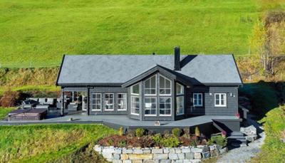 Het district waarin het huis gelegen is, staat bekend voor zijn relatief droog klimaat. Op 2,5 km van het huis ligt het dorpje Valldal. Je kan hier raften en vissen op zalm en forel in de rivier Valldøla. In Tafjorden (15km) vind je een buitenzwembad en Onilsvatnet (17km) een meer.<br />