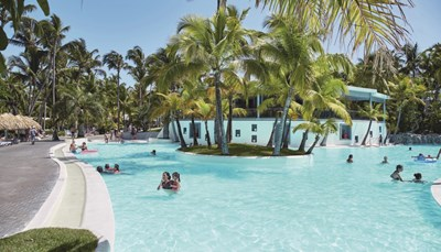 Dit hotel heeft een mooi zwembad: goed voor een verkwikkende duik in het helende water of uren luilekkerplezier. Even verderop, op zo'n 5 minuten stappen, strekt het parelwitte zandstrand van Punta Cana zich voor je uit.<br />