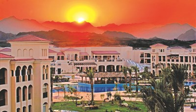 """<div style=""""text-align: right;"""">Het resort ligt direct aan het strand en een koraalrif. loopbrug. Naama Bay ligt op 25 km. Er rijdt een (betalende) shuttlebus naartoe.. Je verblijft op 35 km van het oude centrum van Sharm El Sheikh. Je bent &plusmn; 11 km verwijderd van de luchthaven, maar je transfer heen en terug is inbegrepen.</div>"""