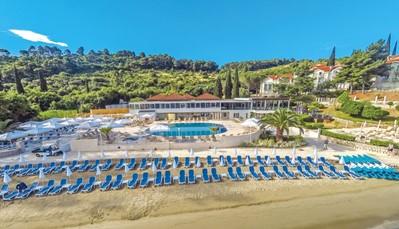 """<p style=""""text-align: justify;"""">Dit hotel ligt ophet eilandje Kolocep, direct aan een schattig strand dat geleidelijk afloopt in zee. Je bevindt je hier inhet centrum van het dorpje Donje Celo. Er gaat dagelijks een ferry naar Dubrovnik (30 minuten varen).In Dubrovnik kun je naar de top van de heuvel Srd met de kabelbaan, die in 1969 werd aangelegd. Je geniet van een mooi uitzicht over de oude stad van Dubrovnik en de eilandjes die errond liggen. Sportieve reizigers kunnen ook te voet naar boven.</p>"""