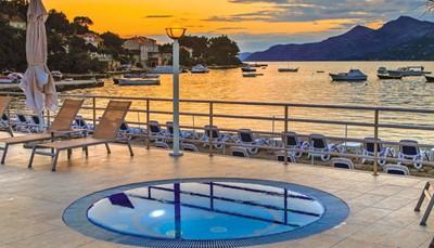 """<div style=""""text-align: justify;"""">Een frisse duik neem je in het zoetwaterbad (verwarmd tussen 1/5-31/10), of in het bubbelbad.&nbsp;Wil je liever van de zon genieten, dan lig je rustig op het zonneterras. Ligzetels en parasols zijn beschikbaar aan de zwembaden en op het strand. Tijdens je verblijf kan je ook een van de volgende sporten beoefenen: tennis, pingpong, volleybal, petanque, shuffleboard, yoga, pilates. Er worden speciale&nbsp;Cultuur- en kooklessen georganiseerd, en &#39;s avonds geniet je van livemuziek.&nbsp;</div>"""