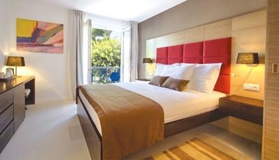 """<div style=""""text-align: justify;"""">Alle kamers beschikken over badkamer, uitgerust met douche en haardroger, tegelvloer, individuele airco, telefoon, wifi (gratis), hoofdkussenservice (betalend), satelliet-tv (flatscreen), minibar (gratis), safe (gratis) en balkon of terras.&nbsp;</div>"""