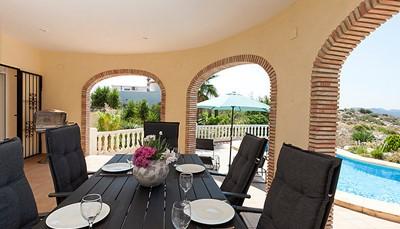 Binnen eten of buiten? Het kan allebei, want zowel op het terras buiten als binnen in de villa is er een ruime eettafel en stoelen aanwezig om gezellig samen te tafelen.
