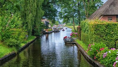 """<div style=""""text-align: justify;"""">Hoewel Giethoorn een kleine plaats is in Overrijssel, is er genoeg te doen. Op het water varen moet je sowieso doen, anders kun je je niet door het dorp verplaatsen. Ook buiten Giethoorn zijn er genoeg meren en natuurgebieden waar je een dagdeel kunt doorbrengen vanuit je vakantiehuis in Giethoorn. Huur dus een boot en vaar over het water, of verken nationaal park De Wieden. De meren Bovenwijde en Zuideindigerwijde zijn ook zeker de moeite waard om een bezoekje aan te brengen.</div>"""