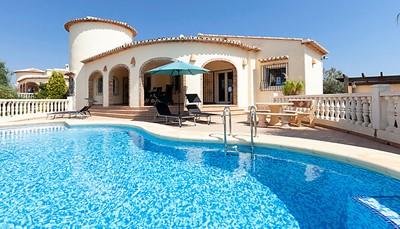 Deze mooie villa telt een ruime woonkamer, een keuken, drie slaapkamers en twee badkamers. Er is zowel verwarming als airconditioning aanwezig.&nbsp;Je beschikt ook over een eigen wasmachine, droger en haardroger.<br /> &nbsp;
