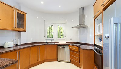 Er is een grote keuken met<b> </b>een oven, een afwasmachine, 4 inductiekookplaten, een magnetron, een diepvriezer, en een elektrische koffiemachine.