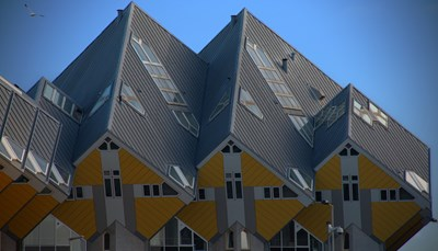 """<span style=""""color:#FF0000;""""><strong>2. &ldquo;Out of the box&rdquo; is er normaal</strong></span><br /> Je kunt Rotterdam met geen enkele andere plek vergelijken. De stad is tijdens de Tweede Wereldoorlog met de grond gelijk gemaakt en meteen nadien weer helemaal opgebouwd. Terwijl andere landen hun stadscenta opbouwden als een exacte replica van het origineel, heeft Rotterdam zich op dat moment compleet opnieuw uitgevonden. De gebouwen die in de plaats kwamen, waren hypermodern. En dat moderne karakter hebben ze behouden. Out-of-the-box-denken is het Rotterdamse normaal. Je vindt er originele initiatieven zoals kubushuizen, moestuinen bovenop daken (Dakakkers), een foodhall die tegelijk een appartementsblok is, en een uitkijktoren die je kunt boeken voor een romantische overnachting (de Euromast)."""