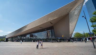 """<span style=""""color:#FF0000;""""><strong>1. Je staat er in no time</strong></span><br /> Rotterdam is dichterbij dan je denkt. Vanuit Antwerpen-Centraal sta je er in een uurtje met de IC-trein, en zelfs in een half uur met de Thalys. Het treinstation van Rotterdam Centraal is trouwens een prachtig gebouw, en het ligt midden in de stad. Je kunt van daaruit dus meteen op verkenning.<br /> &nbsp;"""