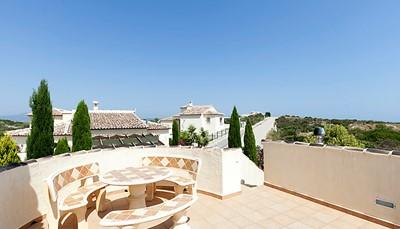 Je bereikt de villa via een autoweg die in goede staat is. De villa ligt op 90 km ten noordoosten van Alicante en op 100 km ten zuidoosten van Valencia, aan de voet van het natuurpark van Montgó, aan de Middellandse Zee. Je bevindt je op 4 km van het centrum van Ràfol d'Almúnia, in het district Residencial L'Almúnia. Voor aankomst per vliegtuig: vliegvelden Valencia-Manises (VLC) op 110 km, Alicante-El Altet (ALC) op 110 km. Vanop het terras heb je een mooi panoramisch uitzicht over de omgeving.