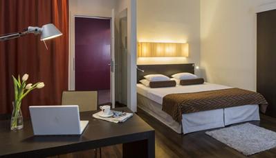 """<div style=""""text-align: justify;"""">Je verblijft in het rustig gelegen Falkensteiner Hotel Am Schottenfeld, in het centrum van Wenen. Het hotel ligt in het trendy 7e &ldquo;Bezirk Neubau&rdquo;. Je kamer is uitgerust met een badkamer met bad of douche en haardroger, telefoon, tv, minibar, safe, airco, koffie- en theefaciliteiten.</div> &nbsp;<br /> &nbsp;"""