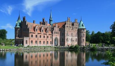 """<div style=""""text-align: justify;"""">Je gaat naar Funen in de eerste plaats voor de natuur, maar er valt ook wel wat te beleven in de omgeving. Met de auto sta je in een mum van tijd in het idyllische stadje Faaborg (7km) of bij het sprookjesachtige kasteel Egeskov, compleet met torens, een slotgracht en een ophaalbrug. Als je een rondreis in Denemarken wil maken, dan is Funen trouwens een ideale tussenstop tussen bijvoorbeeld Legoland op Jutland, en Kopenhagen op Seeland.</div> <br /> <br /> &nbsp;"""