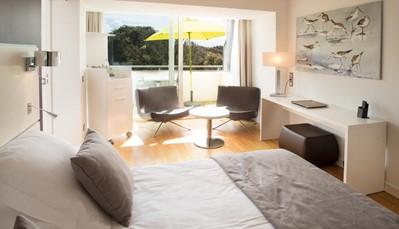 """<div style=""""text-align: justify;"""">Je hotel is schitterend gelegen, pal aan het aan zee en het mooie zandstrand. Je kamer is luxueus ingericht en voorzien van parket of tegelvloer, airco, tv, minibar, gratis wifi en safe, koffie- en theefaciliteiten en (vaak open) badkamer met douche + (meestal) apart wc, haardroger, badjassen en slippers. In de ochtend geniet je van een uitgebreid ontbijtbuffet, 's avonds kan je terecht in het gastronomisch restaurant met onvergetelijk zicht op de duinen. Hier geniet je van dagverse regionale producten.</div>"""