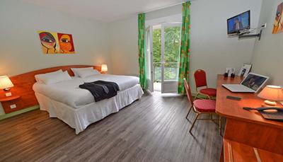 """<div style=""""text-align: justify;"""">De 38 kamers (18 m&sup2;) zijn ingericht met alle modern comfort. Sommige kamers hebben een mooi zicht op het bos. Enkele kamers zijn ondergebracht in de 2 intieme, wat apart gelegen villaatjes, ideaal voor families of vrienden, want ze hebben tussendeuren. Alle kamers zijn uitgerust met bad of douche en wc, telefoon, televisie, en parket.</div>"""