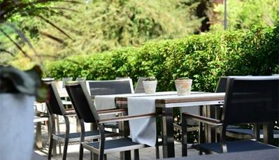 """<div style=""""text-align: justify;"""">In het nieuwe gedeelte bevinden zich het Weinhaus restaurant en het Gourmet restaurant, bekroond met 2 Michelinsterren. Het hotel heeft een eigen wijndomein van ca. 3,5 ha en produceert hoofdzakelijk rieslingwijnen. Er worden rondleidingen aangeboden langs de wijninformatieroute van Trier met informatieve wijnproeverijen. Op verzoek kan je ook een kijkje nemen in de wijnkelder.</div>"""