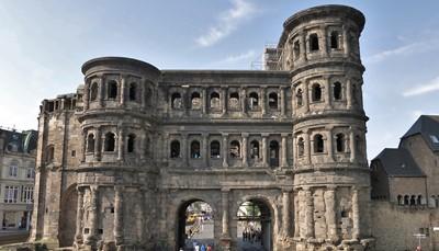 """<div style=""""text-align: justify;"""">De harmonie van oud en nieuw geeft Trier een charmant karakter. Trier was ooit de hoofdstad van het westelijk deel van het Romeins imperium. De meeste bezienswaardigheden zijn dan ook Romeins. Zo is er de bekende Porta Nigra, de grootste bewaard gebleven Romeinse poort uit de 2de eeuw. In het amfitheater vinden elke zomer nog de Antikerfestspiele plaats.</div>"""