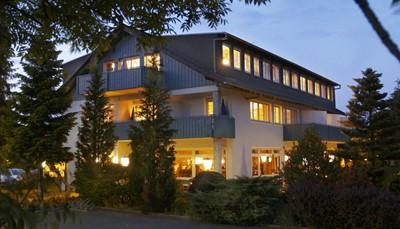 """<div style=""""text-align: justify;"""">Dit hotel is een typisch hotel uit de streek en wordt dan ook al generaties beheerd door een familie. Verwacht je dus aan een persoonlijk welkom. Kucher's Landhotel is ideaal gelegen voor een verkenning van de Eifelstreek. Het ligt op een steenworp van Daun, in de prachtige Vulkaaneifel. Bezoek zeker Gerolstein, Cochem aan de Moezel, Koblenz en Trier.</div>"""