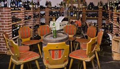 """<div style=""""text-align: justify;"""">Kucher&rsquo;s Landhotel telt 2 restaurants: 1 gastronomisch restaurant, Kuchers Gourmetrestaurant (4, 6 of 8 gangen vanaf &euro; 57, richtprijs) en 1 restaurant met een meer eenvoudige, regionale keuken, Kuchers Weinwirtschaft. De wijnkelder leent zich uitstekend voor wijndegustaties. Roomservice wordt van 7 tot 24 uur aangeboden. In de zonovergoten tuin zijn ligstoelen beschikbaar. &nbsp;Je kan gratis parkeren op de parking van het hotel.</div>"""