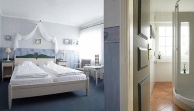 """<div style=""""text-align: justify;"""">De 14 landelijke kamers hebben elk een individueel karakter. De badkamer is klein, maar voorzien van alle comfort. De kamers zijn uitgerust met een bad of douche en wc, haardroger, pantoffels, telefoon, televisie, gratis WiFi, kluisje, vast tapijt. Badjassen zijn te verkrijgen aan de receptie. Er zijn ook kamers met hemelbed en houten vloer beschikbaar op aanvraag.</div>"""