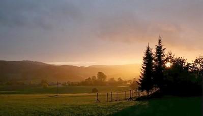 """<div style=""""text-align: justify;"""">Darscheid is een pittoresk dorpje vlak bij Daun, in het hart van de Vulkaaneifel. Deze streek wordt getypeerd door zijn vele kratermeren. Breng zeker ook een bezoekje aan het vulkaanmuseum, of verdwaal in een van de prachtige wildparken.</div>"""