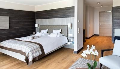"""<div style=""""text-align: justify;"""">De 37 smaakvolle kamers zijn uitgerust met bad of douche en wc, haardroger, badjassen, pantoffels, telefoon, televisie, minibar, kluisje, parket. In het hoofdgebouw bevinden zich in een klassieke stijl de standaardkamers, de kamers met balkon en de ruime suites. In het nieuwe bijgebouw zijn de moderne junior suites met balkon gesitueerd.</div>"""