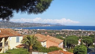 """<div style=""""text-align: justify;"""">Dat de zee erg dichtbij ligt, zag je al aan het prachtige uitzicht vanop het balkon. Het centrum van Saint-Tropez zelf ligt op 5 km van het appartement. Ook de jachthaven en zeilschool zijn niet ver. Op de vele fietspaden is het heerlijk fietsen.Enkele bekende plekjes in de buurt: Parc d'attractions Azur Park op 1.5 km, Port Grimaud op 3 km, Plages de Pampelonne op 16 km, Cannes op 85 km, en Nice op 110 km. Je kan ook een van de vele beroemde meren gaan bezoeken. Zo ligt Le Lac de Sainte Croix op92 km. Ook wandelgebiedMassif de l'Esterel is goed voor een daguitstap (52 km).</div>"""