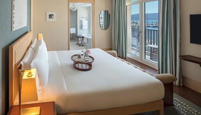 """<div style=""""text-align: justify;"""">De 149&nbsp;ruime kamers en suites bieden verfijnde luxe. De interieurs doen denken aan die van een luxejacht, steeds met balkon. Deluxe kamers (40&nbsp;m&sup2;) en deluxe kamers met bergzicht (40-42&nbsp;m&sup2;). Eveneens deluxe kamers (40-55&nbsp;m&sup2;) en ruime junior suites (69&nbsp;m&sup2;) met zicht op de Baai van Kotor en de Adriatische Zee.</div>"""