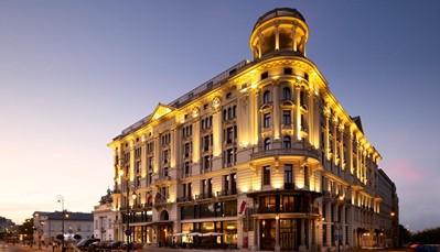 """<p style=""""text-align: justify;"""">Hotel Bristol&nbsp;is opgericht door Ignacy Jan Paderewski, de beroemde pianist en politicus. Het gebouw vormt een van de meest opmerkelijke bezienswaardigheden van Warschau. Het hotel combineert geschiedenis met moderne en luxueuze&nbsp;faciliteiten. Je verblijft aan de oude koninklijke route en naast het presidentieel paleis.&nbsp;Het hotel heeft een majestueuze gevel in neorenaissance stijl. Het romantische interieur is voorzien van een aantrekkelijk art-decostijl.&nbsp;</p>"""