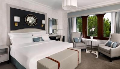"""<div style=""""text-align: justify;"""">Het hotel herbergt 168 uitstekende kamers en 38 luxueuze suites, een mix van comfort en discrete elegantie met subtiele kleuren, state-of-the-art technologie, hoge plafonds en charmante uitzichten. De interieurs werden ontworpen door de bekende Londense ontwerper Anita Rosato en combineren de elegantie van de art deco-stijl met eigentijdse luxe. Alle kamers en suites hebben uitzicht op de Koninklijke Route, op een rustig park in de omgeving of op de groene binnenplaats van het hotel. Je kan ook genieten van een prima uitgeruste marmeren badkamer. Niet te evenaren en absolute topper van dit hotel is de prestigieuze Paderewski Suite.</div>"""