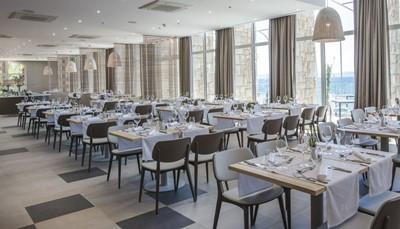 """<div style=""""text-align: justify;"""">De 3 restaurants van het hotel serveren een verscheidenheid aan verse, lokale gerechten in buffetvorm, maar ook à-la-cartedelicatessen geïnspireerd door de traditionele Kroatische keuken. Je kan ook een aantal veganistische en vegetarische gerechten bestellen.</div>"""