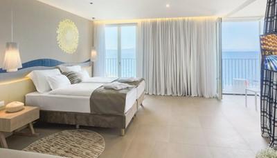 """<div style=""""text-align: justify;"""">Alle kamers zijn licht en modern ingerucht, en beschikken over badkamer (douche, haardroger), tegelvloer, centrale airco, telefoon, hoofdkussenservice (gratis), wifi (gratis), satelliet-tv, minibar (betalend), safe (gratis).&nbsp;Sommige suites bieden directe toegang tot het zwembad.</div>"""