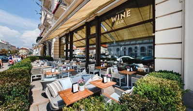 """<div style=""""text-align: justify;"""">Het beroemde Marconi restaurant serveert klassieke Italiaanse keuken (seizoensgebonden gerechten), maar ook Poolse keuken, waaronder de bekende eend met gekarameliseerde appel. In het Café Bristol, een Café in typisch Weense stijl, kan je terecht voor heerlijk verse koffie, gerafffineerde desserts en lichte gerechtjes. In de Bristol Wine Bar kan je wijnen proeven uit de beroemdste wijngaarden ter wereld. Men biedt er ook een selectie van heerlijke snacks. Tenslotte is er de Column Bar, een Art-nouveau meesterwerk met intieme sfeer waar men uistekende gerechtjes opdient.&nbsp;</div>"""