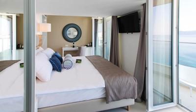 """<div style=""""text-align: justify;"""">De kamers zijn stuk voor stuk open en licht, en zijn uitgerust met een&nbsp;badkamer (douche, haardroger), tegelvloer, individuele airco, telefoon, wifi (gratis), tv (flatscreen), minibar (gratis, gevuld met water, frisdranken en bier, bijgevuld op aanvraag), koffie- en theefaciliteiten, safe (gratis) en balkon of terras.</div>"""