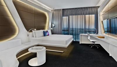 """<div style=""""text-align: justify;"""">Na een ontspannende strandvakantie op Mauritius, vlieg je naar Dubai, om je vakantie met een knal af te sluiten! Je verblijft hier in het V Hotel Dubai Curio Collection by Hilton, op basis van halfpension. Je hotel stijgt torenhoog uit boven de bruisende Sheikh Zayed Road en het Dubai Waterkanaal, terwijl het een panoramisch uitzicht biedt op de skyline van Dubai.&nbsp;Naast het V Hotel bevindt zich de spectaculaire fonteinenshow, en op slechts enkele minuten vind je populaire attracties zoals de Dubai Mall, Burj Khalifa en de zakelijke districten. Een toplocatie dus, om de stad op een dag te leren kennen.&nbsp;</div>"""