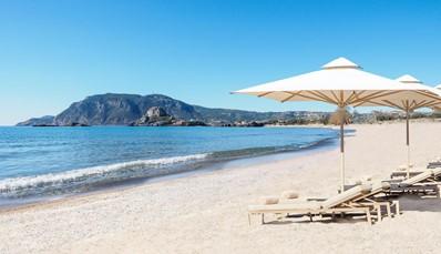 """<div style=""""text-align: justify;"""">Het splinternieuwe Ikos Aria hotel opentpas in 2019 haar deuren enlaat je ontspannen in een mix van luxe en modern ingerichte kamers, bars en fantastische restaurants. Dat allemaal op een prachtige plek gelegen aan de zuidwestelijke kust van het pittoreske eiland Kos. Gastvrijheid staat hier centraal, en terwijl jij geniet van de Griekse zon op een van de ligbedden, staat er snel iemand klaar om je drankje bij te vullen.</div>"""