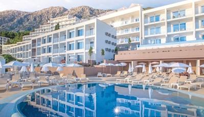 """<div style=""""text-align: justify;"""">Dit charmante hotel is erg recent, waardoor je van alle modern comfort kan genieten. De inrichting is open en licht, met de kleuren van de turkooise Adriatische zee. Die zee kan je trouwens bewonderen door een van de vele grote ramen. Het hotel is adults only, kinderen zijn welkom vanaf 16 jaar.&nbsp;</div>"""