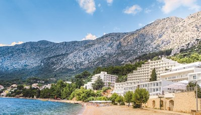 """<p style=""""text-align: justify;"""">Het TUI SENSIMAR Adriatic Beach Resort ligt direct aan het kiezelstrand, op 500 m van hetcentrum van Zivogosce. Igrane ligt op1,5 km en Makarska ligt 20 km verder. De luchthaven ligt op± 130 km.</p>"""