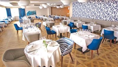 """<div style=""""text-align: justify;"""">Dit resort biedt een hoofdrestaurant met terras, een Italiaans à-la-carterestaurant, dat kan worden omgetoverd in een Culinarium, en een grillrestaurant. Een drankje en een snack kan je krijgen in de lobbybar, mojito bar en de poolbar. Tijdens je verblijf geniet je van het all-in concept, wat betekent dat al je maaltijden zijn inbegrepen, en je kan genieten van tal van extra&#39;s. Onder de tab &#39;inbegrepen&#39; kan je alle voordelen terugvinden. Voor heren is een lange broek vereist tijdens het avondmaal.</div>"""
