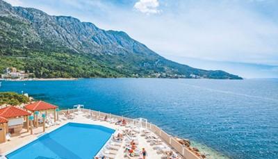 """<p style=""""text-align: justify;"""">Het hotel is schitterend gelegen, direct aan zee en op&nbsp;50 m van het kiezelstrand. De haven en de&nbsp;promenade met restaurants en winkeltjes is 100 m verderop, en het centrum van Igrane ligt op 270 m. Er is een bushalte 100 m van het hotel. De luchthaven ligt op&nbsp;&plusmn; 130 km.&nbsp;</p>"""