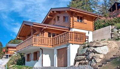 """<div style=""""text-align: justify;"""">De chalet """"Marella"""" bestaat uit 3 verdiepingen en is gebouwd in typische Zwitserse stijl. Grote ramen geven je een prachtig zicht over de omgeving, en de houten afwerking aan de binnenkant voelen erg warm aan. De verdieping met woon- en eetkamer heeft een open indeling en je kan heerlijk knus bekomen van de gezonde buitenlucht aan de open haard. Buiten geniet je van een grote tuin met barbecue.</div>"""