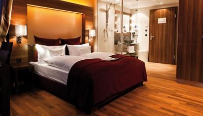 """<div style=""""text-align: justify;"""">De 207 kamers zijn allen uitgerust met airconditioning, donkerhouten meubels, een lcd-tv, een bureau en een minibar. De badkamers hebben glazen en granieten elementen. Badjassen en een haardroger liggen voor je klaar. Je kan op je kamer ook genieten van een koffie uit de Nespresso-machine.&nbsp;</div>"""