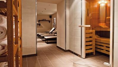 """<p style=""""text-align: justify;"""">Wanneer je overnacht in dit hotel, kan je&nbsp;gebruik maken van het spa- en fitnesscentrum met een Finse sauna, een stoombad en een ultramoderne fitnessruimte. In de wijnbar geniet je van een heerlijk glas wijn, en je hebt gratis Wifi in het hele hotel. Kinderbedjes zijn gratis beschikbaar,&nbsp;privégarage, ca. &euro; 24/24u, en je huisdier (ca. &euro; 20/nacht) zijn ter plaatse te betalen.</p>"""