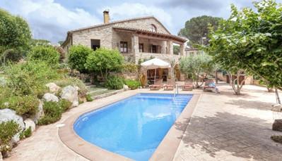 """<div style=""""text-align: justify;"""">Deze villa, die """"Mas Ambros"""" heet, is eentje in typsich Spaanse stijl. Met 3 verdiepingen heb je erg veel ruimte, en de benedenverdieping is een grote speelkamer waar grote en kleine kinderen zich thuis voelen. De tuin, die een beetje verscholen ligt, is ideaal om in te ravotten, en afkoelen doe je in het privé-zwembad.</div>"""