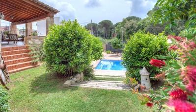 """<div style=""""text-align: justify;"""">Deze villa ligt in Catonge, een klein plaatsje met slechts 6.000 inwoners, in het noordoosten van de streek. We bevinden ons 35 km ten zuiden van Girona, en 105 km ten noordoosten van Barcelona. Er is op het terrein van de woning parkeerplaats voor 2 auto's, enzandstrand """"Sant Antoni de Calonge"""" ligt op 5km. Je vindt ook een waterpark en een manege in de buurt. Opgelet, voor alle uitstappen heb je een auto nodig.</div>"""