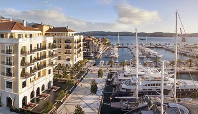 """<div style=""""text-align: justify;"""">Het hotel ligt aan de Baai van Kotor, in een&nbsp;natuurlijke omgeving. Per boot vaar je op 20&nbsp;minuten naar&nbsp;de Oude Stad van Kotor en de barokke stad Perast (Unesco-Werelderfgoed), het legendarische eilandje van O.L.V. van de Rotsen en het intieme Dobrecstrand. Op 4&nbsp;km ligt de luchthaven van Tivat, en op minder dan 50&nbsp;km die van Dubrovnik.</div>"""