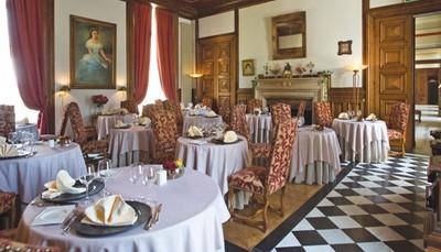 """<p style=""""text-align: justify;"""">In het hotel geniet je van&nbsp;een continentaal ontbijtbuffet in een van de salons of in het comfort van je eigen kamer. Het restaurant Les 3 Roses serveert traditionele Franse gerechten in de eetzaal, die prachtig versierd is met&nbsp; houtwerk en een open haard. Je hebt&nbsp;toegang tot de salons, het terras en het omliggende domein. Bovendien heeft het hotel een zakencentrum en een cadeauwinkel. Ook je auto kan je gratis parkeren. Goed om te weten: het hotel heeft 3 laadstations voor elektrische wagens.&nbsp;</p>"""