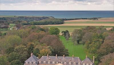"""<div style=""""text-align: justify;"""">Het hotel is rustig gelegen in het dorpje Sassetot-le-Mauconduit, op ca. 2 km van de kust en een halfuur rijden van Etretat. Château de Sissi geniet een unieke ligging in een prachtig domein. In de buurt kan je makkelijk naar Fécamp (ca. 14 km), Saint-Valéry-en-Caux (ca. 20 km), de vermaarde kliffen van Etretat (ca. 32 km) en Rouen (ca. 70 km).</div>"""