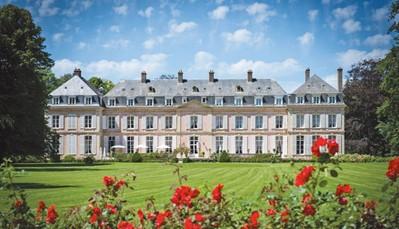 """<div style=""""text-align: justify;"""">Dit prachtige 18de-eeuwe kasteel neemt je terug naar het verleden. Je geniet van complete rust in dit hotel, dat omgeven is door een groot park van meer dan 10 hectare. Tegelijkertijd herbeleef je de tijd van Keizerin Sissi, want het kasteel is nog volledig authentiek ingericht.</div>"""