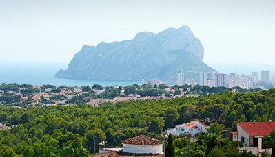 """<div style=""""text-align: justify;"""">Deze villa ligt in het oosten van de Costa Blanca, op wandelafstand van de zee. Het centrum van Calpe ligt op 7km. Ook golfers kunnen zich hier uitleven, want de golfbaan ligt op slechts 8.5km.Je geraakt het best aan dit vakantiehuis door de snelweg AP7 Alicante - Valencia te nemen. Je rijdt bij afrit 64 """"Altea/ Calpe"""" van de snelweg en rijdt zo verder naar straat nr. N332 Valencia.</div>"""